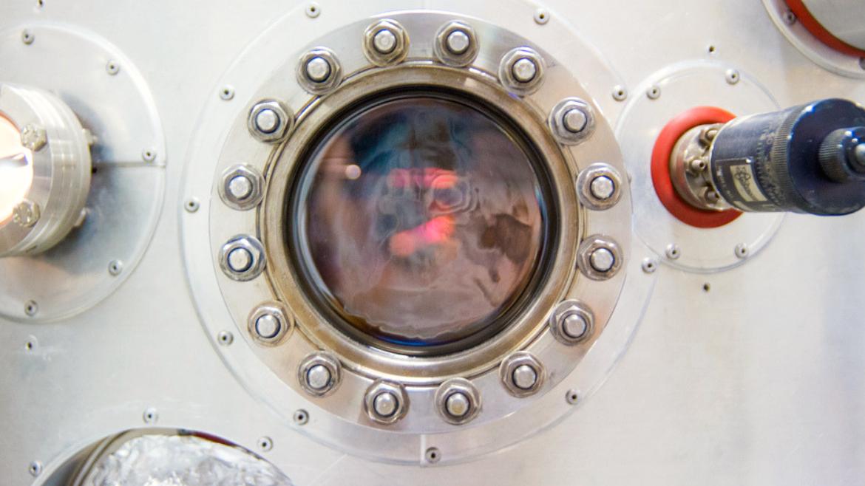 Die siliziumbasierte Kristallzucht mittels Molekularstahlepitaxie ist das Rückgrat der Bauelement- forschung am IHT.